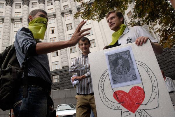Біля стін Кабінету Міністрів відбулося театралізоване дійство. Фото: Володимир Бородін/The Epoch Times