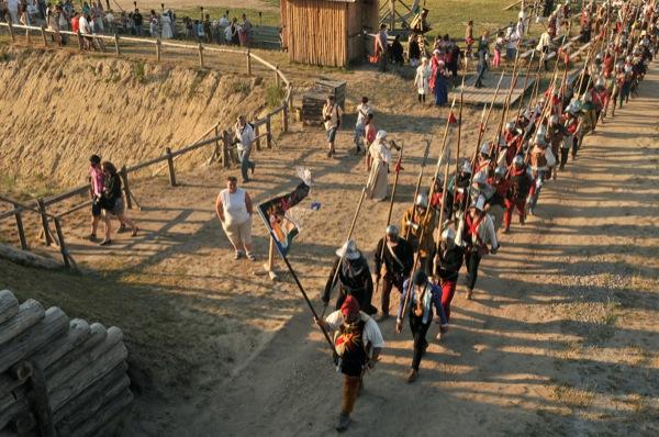 Реконструкторы направляются на штурм крепости на историческом фестивале в Парке Киевская Русь 18 июня 2011 года. Фото: Владимир Бородин/The Epoch Times Украина