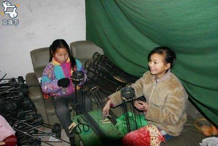 Рабська праця дітей в Китаї: Виготовлення червоних ліхтарів . Фото epochtimes.com