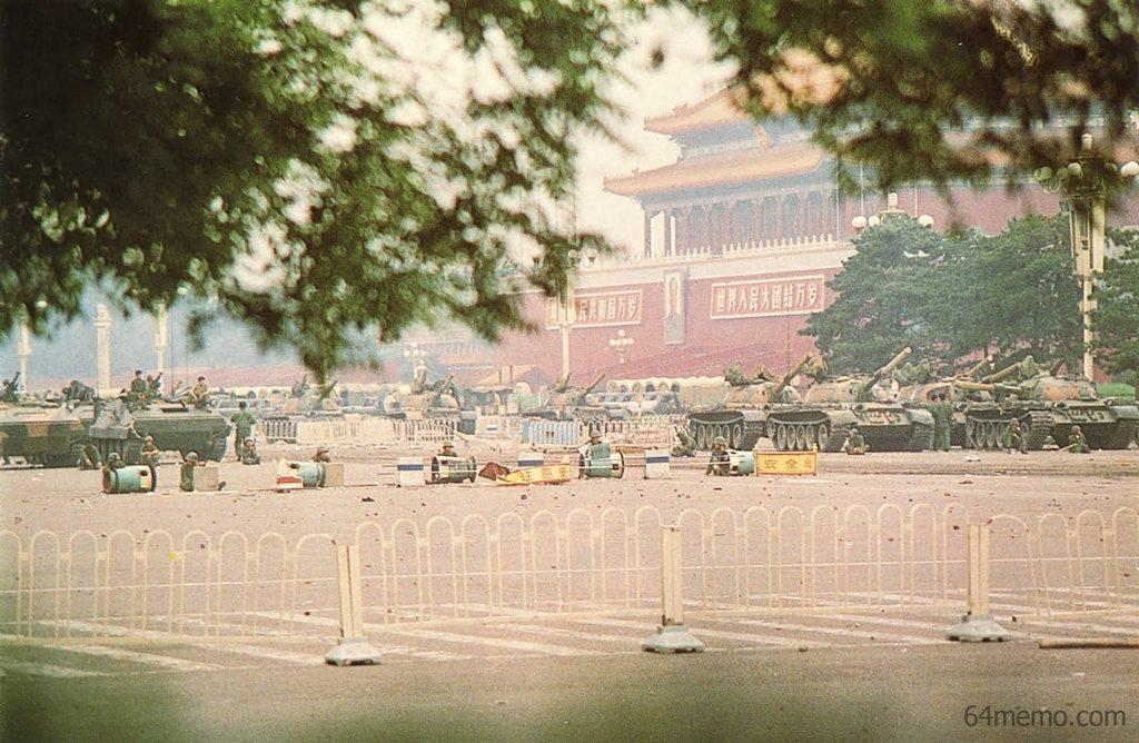 6 июня 1989 г. Танки и солдаты всё ещё патрулируют площадь Тяньаньмэнь. Фото: 64memo.com