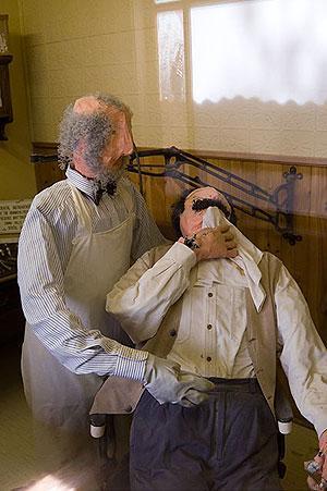 В аптеці спеціальна кімнатка відведена під стоматологічний кабінет. Демонструються справжні інструменти того часу, даровані музею нащадками лікаря, який практикував тут в XIX столітті. А ось така 'скульптурна група' примушує щулитися при думці про час, ко