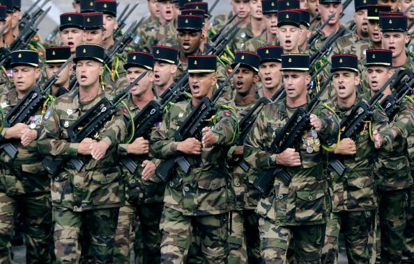 Солдаты 9-й морской бронебригады Пуатье маршем прошли по Елисейским полям во время ежегодного дня взятия Бастилии. Парад в Париже 14 июля 2011 года. Фото: Getty Images