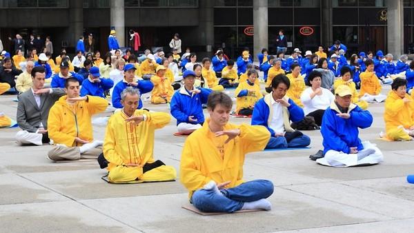 Коллективное выполнение упражнений Фалуньгун. Торонто. Канада. 16 мая. Фото: Сунь Дайли/The Epoch Times