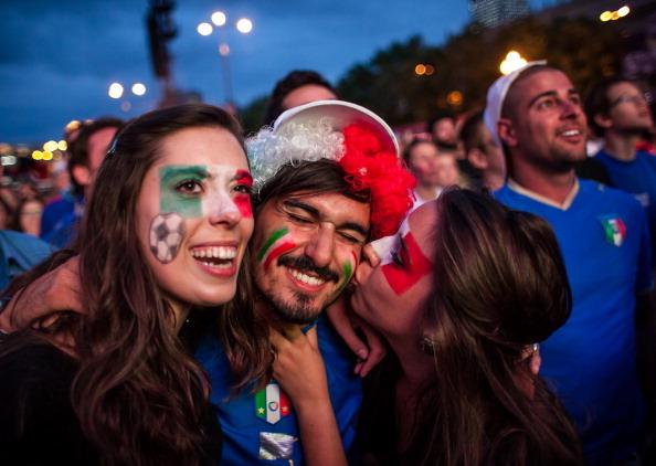 Итальянские футбольные болельщики празднуют победу своей сборной над командой Германии 28 июня 2012 года, Польша. Фото: WOJTEK RADWANSKI/AFP/Getty Images