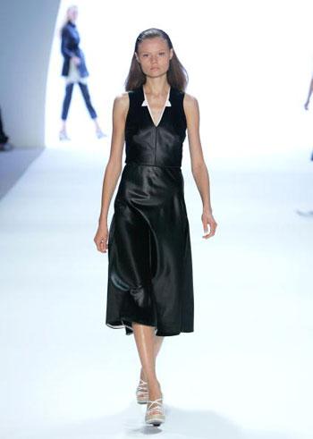 Коллекция сезона весна-2008 от Anne Klein на Неделе моды Mercedes-Benz Fashion Week в Нью-Йорке. Фото: Mark Mainz/Getty Images for IMG
