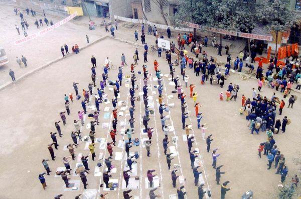1999 р. (до початку репресій), м. Цьєнян провінції Сичуань. Колективна практика послідовників Фалуньгун. Фото з minghui.org