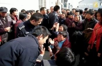 Протест проти запуску електростанції. Селище Дункан провінції Цзянсу. Китайська Народна Республіка. Квітень 2011 р. Фото: NTD