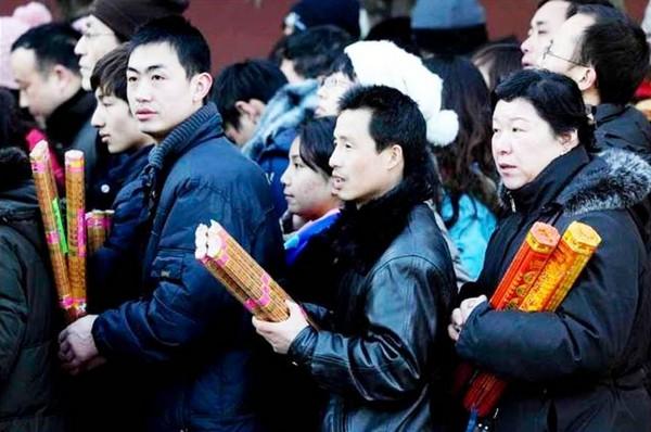 Новогодние возжигания благовоний в пекинском храме Юнхэ (Юнхэгун). 3 февраля 2011 год. Фото с epochtimes.com