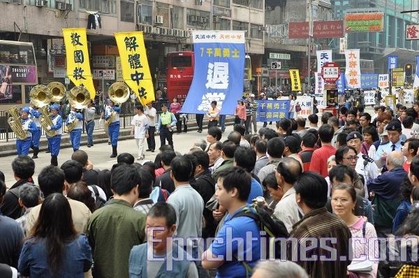 На вулицях було повними повно глядачів. (The Epoch Times)