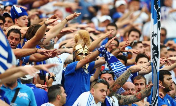 Атмосфера в секторе греческих болельщиков во время матча между Польшей и Грецией 8 июня 2012 года в Варшаве, Польша. Фото: Michael Steele / Getty Images
