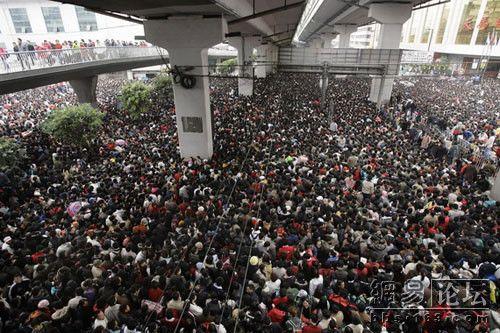На вокзалі в Гуанчжоу як і раніше більш ніж 200 тисяч чоловік чекають потягів. Фото з secretchina.com