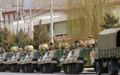 15 марта 2008 г. Многочисленные бронемашины повсюду на улицах столицы Тибета Лхасе. Фото: AFP