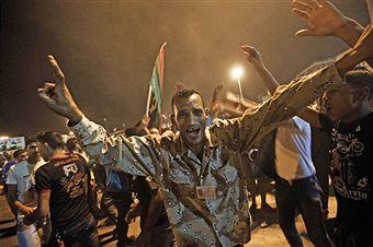 Десятки тисяч лівійців святкують новину про арешт сина Саїф Каддафі-аль-Ісламу і частковому падінні Тріполі, 21 серпня 2011 року в Бенгазі, Лівії. Фото: Gianluigi Guercia / Getty Images