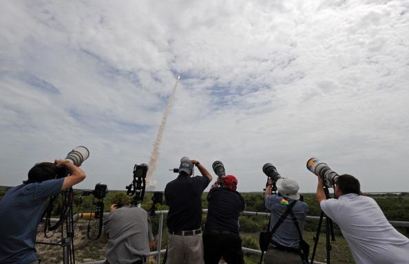 Фотокорреспонденты снимают старт шаттла «Атлантис». Фото: STAN HONDA/AFP/Getty Images