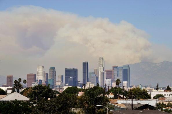 Широкий шлейф диму від пожеж у лісовому масиві видно з міста Лос-Анджелеса. Фото: Kevork Djansezian / Getty Images