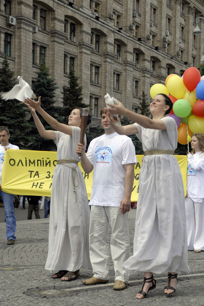 Девушки в греческих нарядах выпускают белых голубей, как символ свободы и мира на акции в поддержку Всемирной эстафеты факела в защиту прав человека в Киеве 31 мая 2008 года. Фото: The Epoch Times