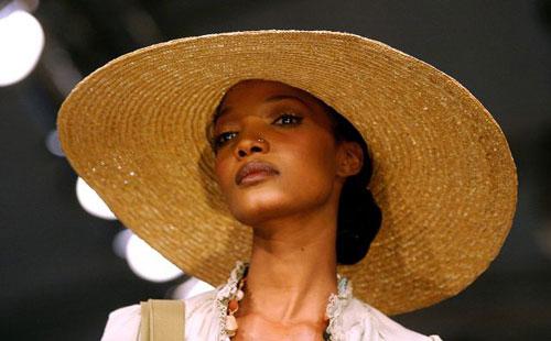 Колекція Rosenwerth на Тижні моди в Йоханнесбургу (ЮАР). Фото: AFP PHOTO/Paballo Thekiso