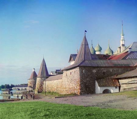 Вид Соловецького монастиря з суші, 1915 року. Протягом багатьох століть Соловецький монастир, заснований на початку п'ятнадцятого століття на острові в Білому морі на далекій півночі Європейської Росії, був одним з найважливіших чернечих і культурних уста