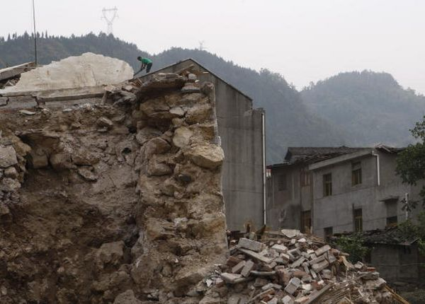 Місто Менян провінції Сичуань. Люди живуть у примітивних саморобних наметах і навісах. Фото: Andrew Wong/Getty Images