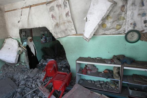 Палестинцы осматривают развалины в Бейт-Лахии 25 августа 2011 года в результате израильской бомбежки. Фото: Mohammed Abed / Getty Images