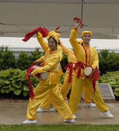 Творчий колектив «Лотос» і «Небесний оркестр» беруть участь у заходах Fiesta Week у м. Ошава провінції Онтаріо. Фото: Сунь Тайлі/The Epoch Times