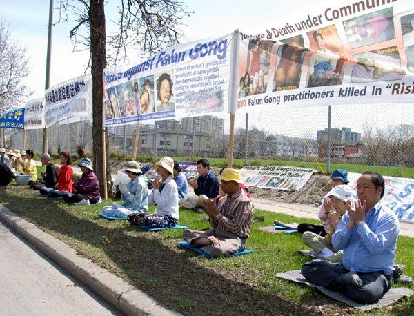 Акция, посвященная девятилетию со дня «инцидента 25 апреля» напротив китайского консульства в г.Оттава (Канада). Фото с minghui.ca