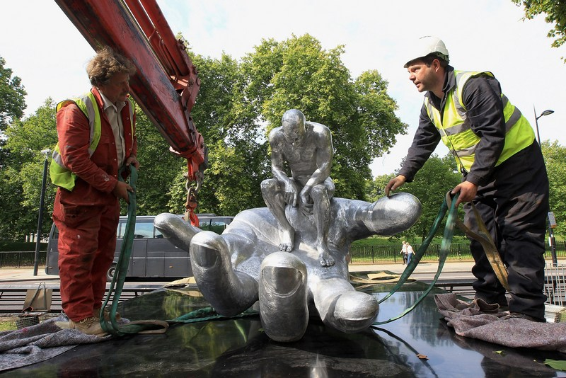 Скульптура «Рука Бога» Лоренцо Куїнна встановлюється на Парк-Лейн у Лондоні. Фото: Chris Jackson/Getty Images for Halcyon Gallery