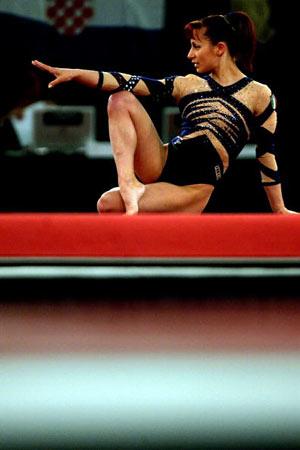 Амстердам, НІДЕРЛАНДИ: Італійка Monica Bergamelli виступає під час чемпіонату Європи із спортивної гімнастики. Фото ARIS MESSINIS/AFP/Getty Images