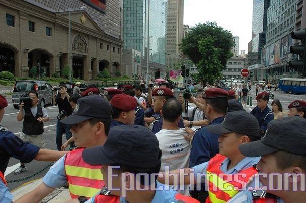 Поліцейські незаконно заарештували активіста-демократа Лі Цьєнжуна. Фото: Ан Чі/The Epoch Times