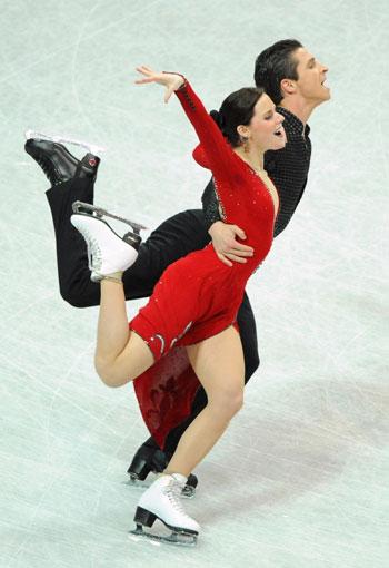 Тесса Вирту/Скотт Муар (Канада) исполняют обязательный танец. Фото: JOE KLAMAR/AFP/Getty Images