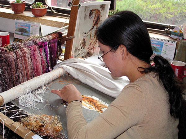Вышивальщица за работой. Фото: eriding.net