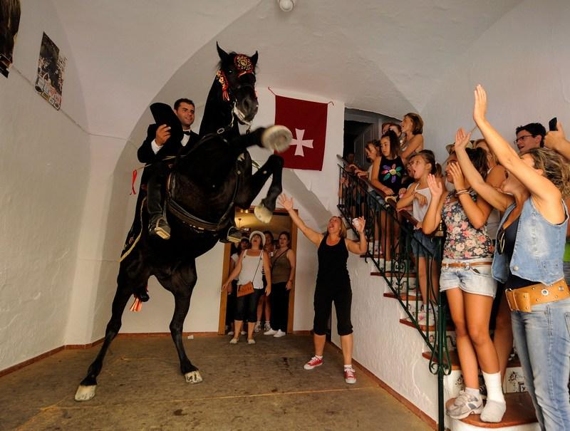 Сиудадела, остров Менорка, Испания, 24 июня. Участник конных соревнований на фестивале, посвящённом покровителю города Иоанну Крестителю. Фото: Denis Doyle/Getty Images