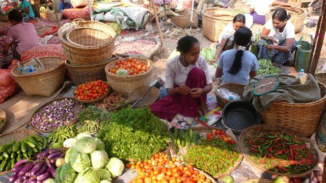 Путешествие в Бирму: Рынок на улице Янгона. Фото: Франсиско Гавилан