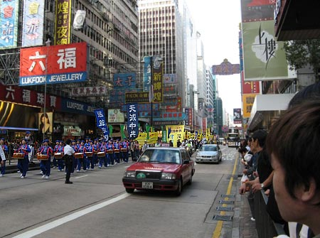 На фото показані глядачі заходів, які зацікавлено спостерігають за учасниками ходи. Фото: Велика Епоха