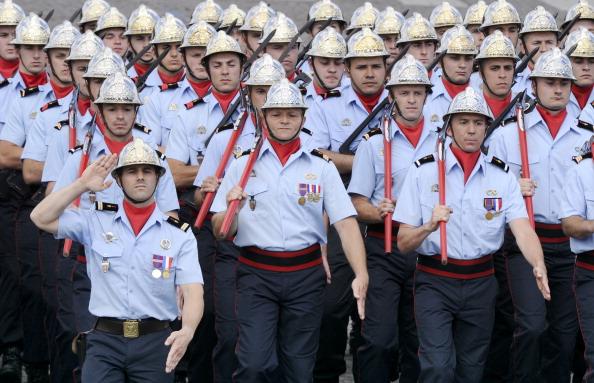 Французские пожарные маршем прошли по Елисейским полям во время ежегодного дня взятия Бастилии. Парад в Париже 14 июля 2011 года. Фото: Getty Images