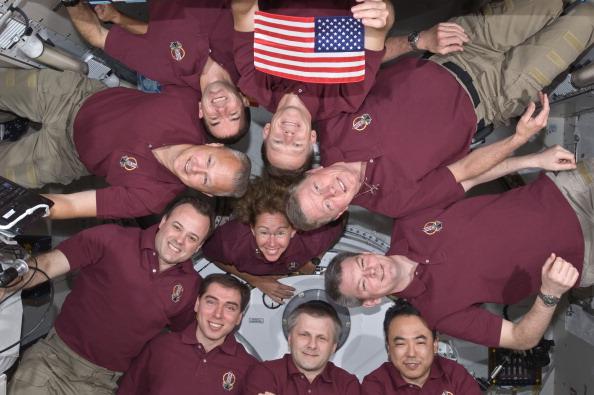 Екіпаж «Атлантіса» й астронавти 28-ої експедиції на МКС в японському модулі «Кібо». У руках Кріса Фергюсона прапор США місії STS-1. Фото: NASA via Getty Images