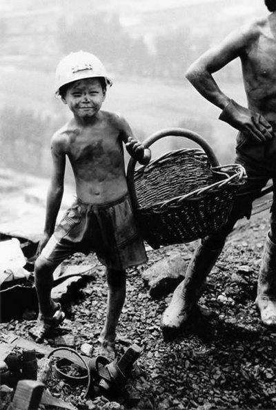 Маленький собиральщик угля. Провинция Хэнань. 2001 год. Фото: Niu Guozheng