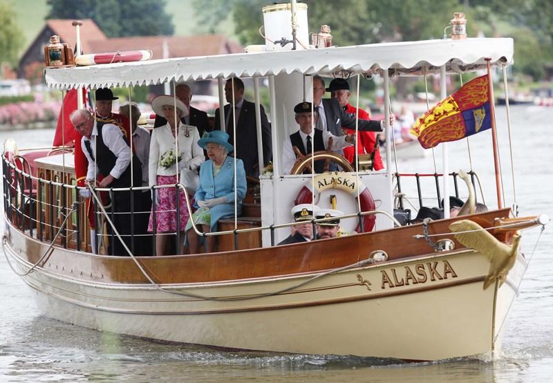 Хенли-он-Темза, Англия, 25 июня. Королева Елизавета II прибыла на катере «Аляска» полюбоваться регатой, организованной студентами местного бизнес-колледжа. Фото: Darren Fletcher — WPA Pool/Getty Images