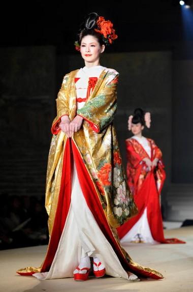 Весільні плаття від відомого японського дизайнера YUMI KATSURA. Фото: AFP