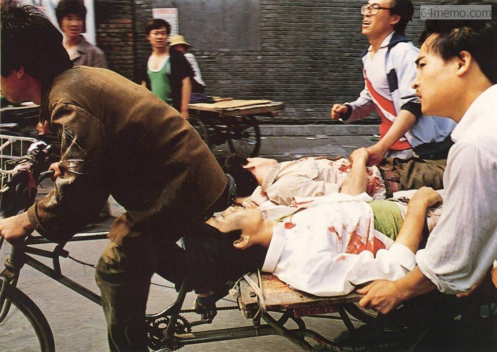 4 июня 1989 г. Студенты, рискуя жизнью, вывозят раненых товарищей. Фото: 64memo.com