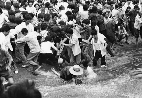 Зрителей состязаний лодок-драконов слишком много, образовалась давка. Город Чжоукоу провинции Хэнань. 1987 год. Фото: Yang Feng