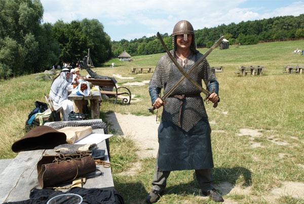 Людина в лицарській зброї на святі Дня коваля в Пирогові. Фото: Володимир Бородін/Тhe Epoch Times