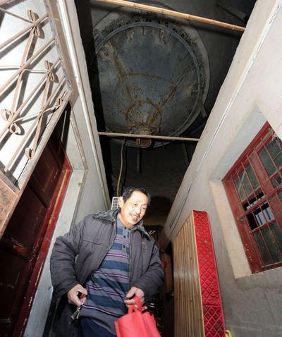 Колишній цементний завод, в якому оселилися більше 50 сімей. Місто Хефей. Китайська Народна Республіка. Березень 2011 р. Фото: aboluowang.com