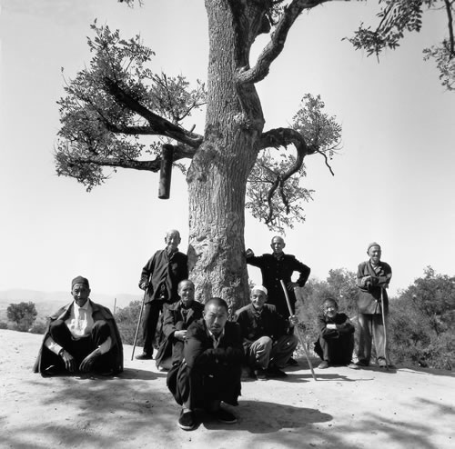 Селяне собрались на околице деревни. Провинция Шэньси. 1996 год. Фото: Liu Lei