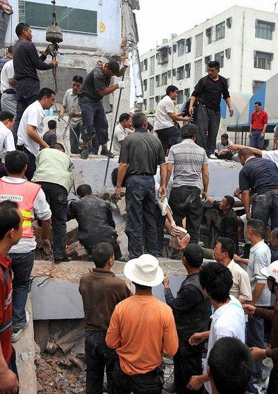Более 900 учащихся школы находятся под развалинами зданий двух школ в уезде Лянбин г.Чунцин провинции Сычуань. Фото: AFP/Getty Images
