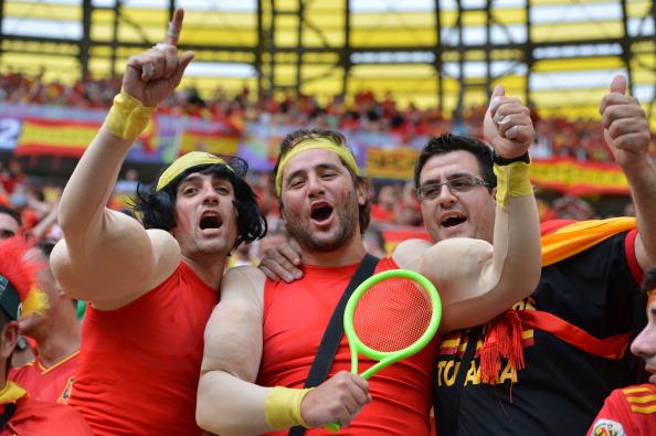 Испанские болельщики футбола одеты, как испанский теннисист Рафаэль Надаль, перед матчем Испании против Италии от 10 июня 2012 года на стадионе в Гданьске. Фото: GABRIEL BOUYS / AFP / GettyImages