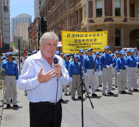 Виступає австралійський активіст по захисту прав людини Стів Сім. (Chen Ming/The Epoch Times)
