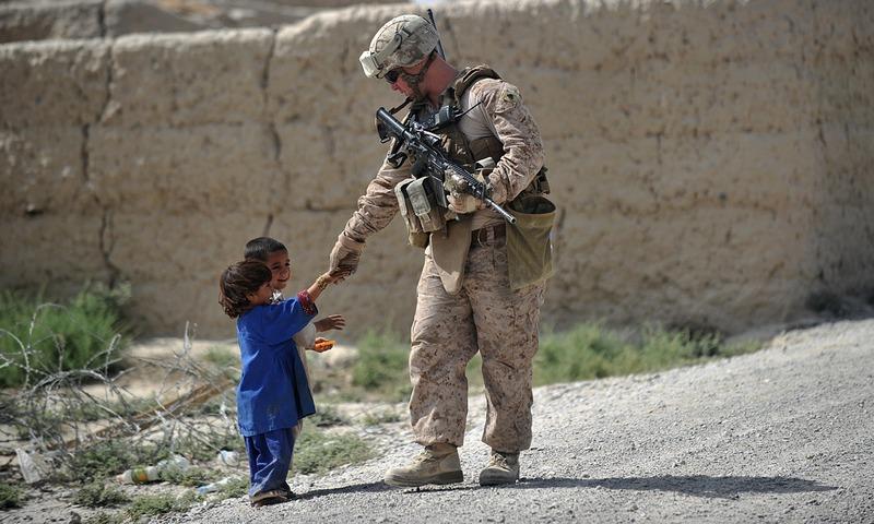 Афганистан, 22 июня. Солдат армии США патрулирует район Гармсир в южной провинции Гильменд, являющейся крупнейшим производителем опиума. Фото: ADEK BERRY/AFP/Getty Images