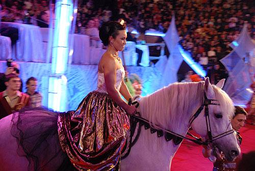 Володарка вечора Стелла відкрила святковий зорепад, виїхавши верхом на коні. Фото: Володимир Бородін/Велика Епоха