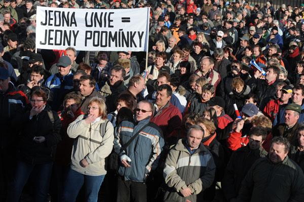 Кілька тисяч чеських фермерів протестують перед Празьким Замком проти зменшення витрат у бюджеті. Фото: MICHAL CIZEK / AFP / Getty Images